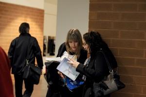 Deux participantes découvrent le cahier de programmation