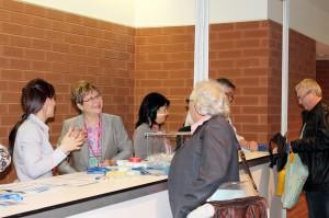 Le personnel de la FQDE accueille les congressistes au kiosque d'inscription